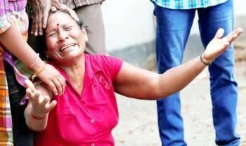 قريبة إحدى ضحايا التفجيرات تبكي أمام مشرحة في كولومبو أمس.  (رويترز)