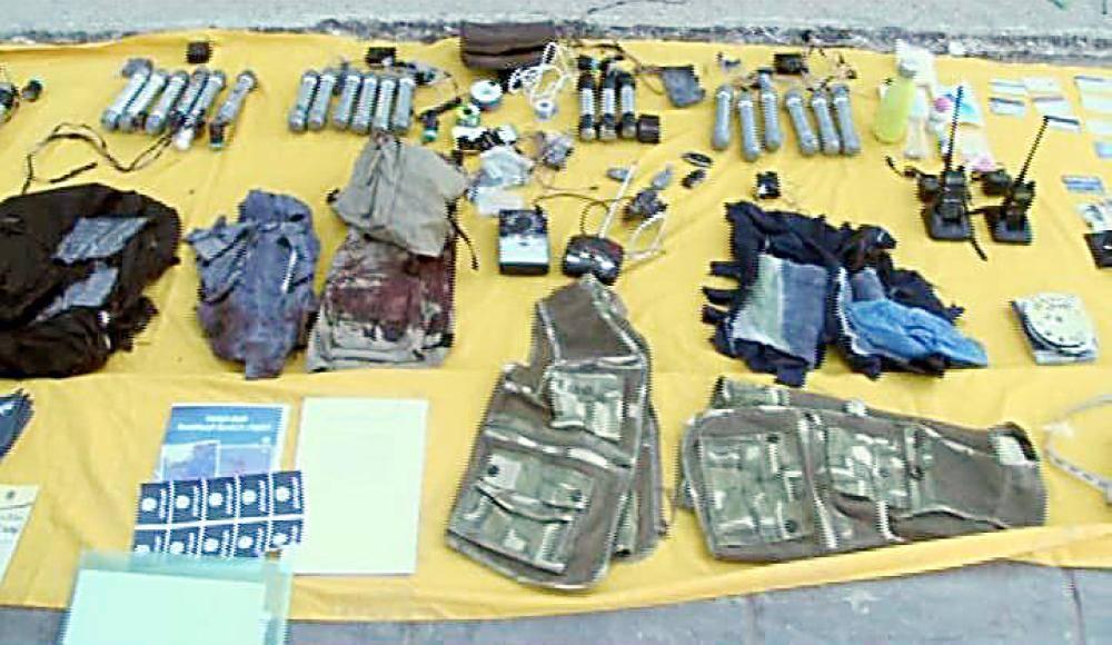 أسلحة ومتفجرات تم ضبطها مع الإرهابيين.
