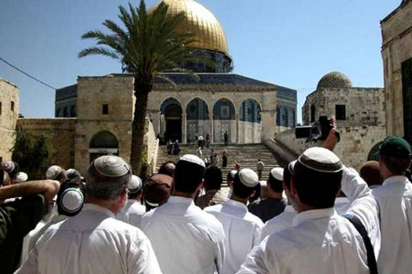 آلاف المستوطنين يقتحمون الأقصى والحرم الإبراهيمي