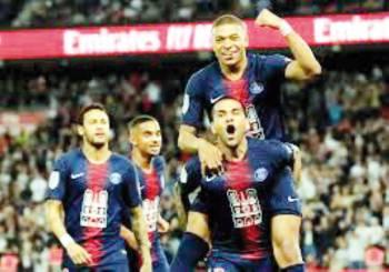 باريس محتفلا بفوزه على موناكو.