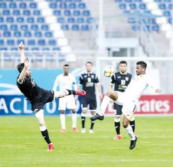 الشمراني يحاول استخلاص الكرة من لاعب لوكوموتيف.