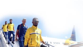 لاعبو فريق النصر أثناء وصولهم للعراق.