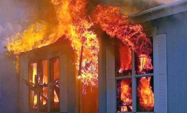 المنزل يحترق بنيران الأم.