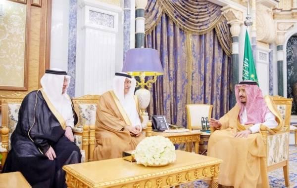 الملك سلمان مستقبلا نزار مدني أمس في الرياض. (واس)