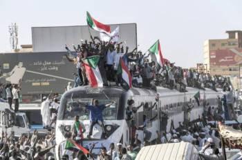 محتجون من عطبرة «مهد الانتفاضة» يصلون الخرطوم  للمشاركة في مليونية اليوم ودعم المعتصمين أمام مقر الجيش. (أ ف ب)