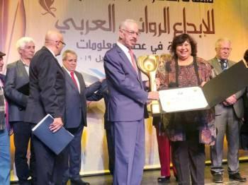 يحيى يخلف يتسلم الجائزة من وزيرة الثقافة المصرية.