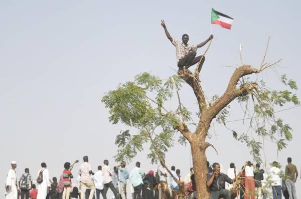 متظاهرون سودانيون خلال مظاهرات حاشدة أمام مقر الجيش في العاصمة الخرطوم، أمس. (أ.ف.ب)