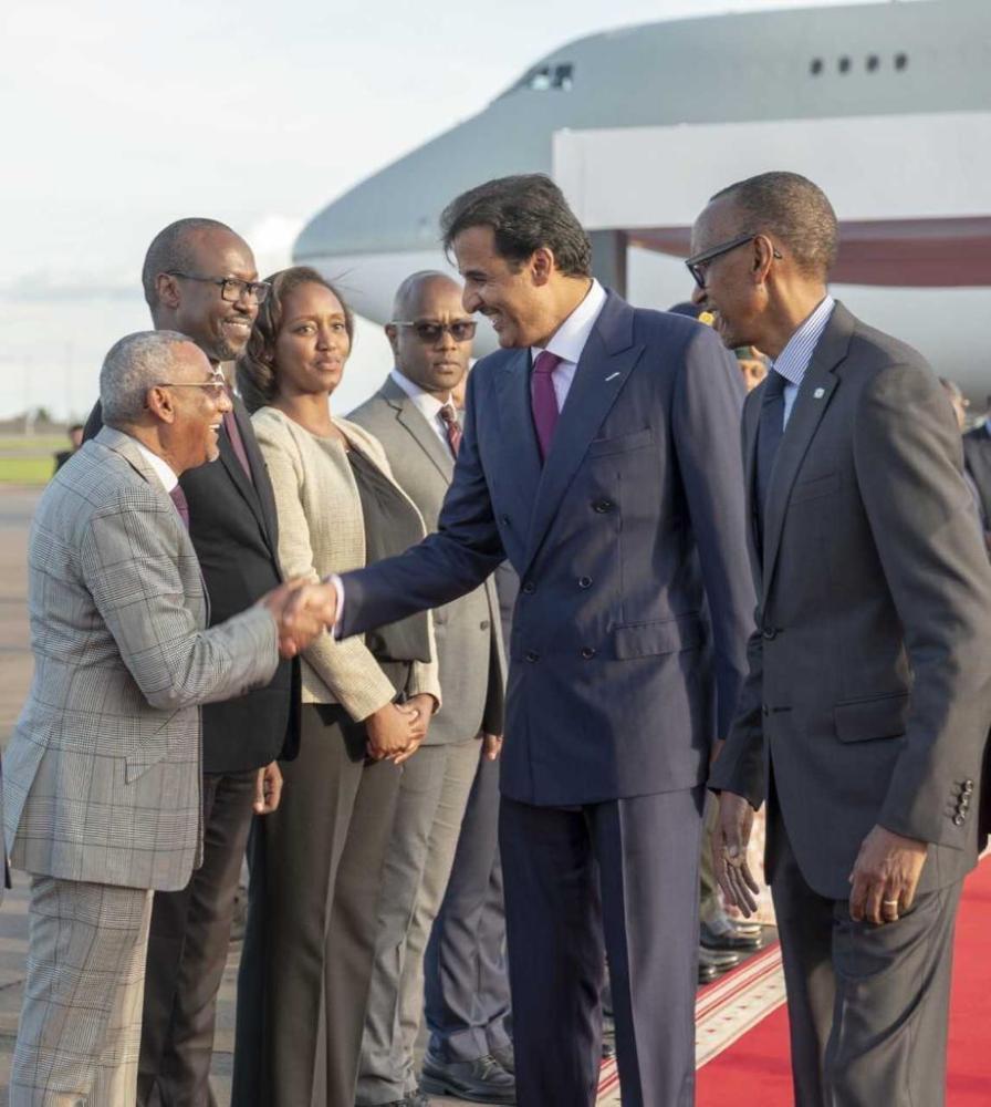 فضيحة جديدة.. أمير قطر يصافح «إرهابي موريتاني»