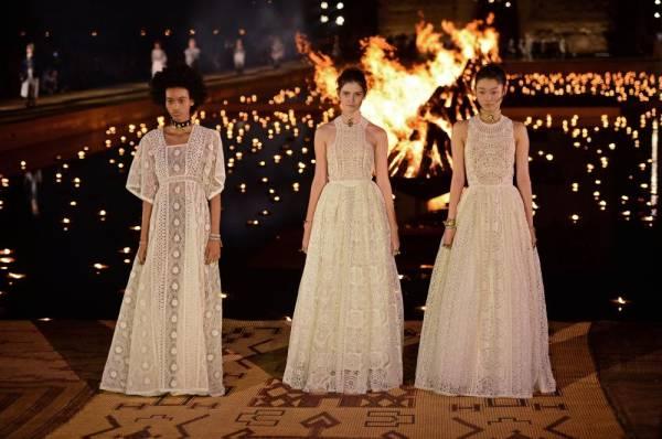Dior تنثر عبق ثقافات أزياء الشعوب بانعكاسات الشموع الطافية