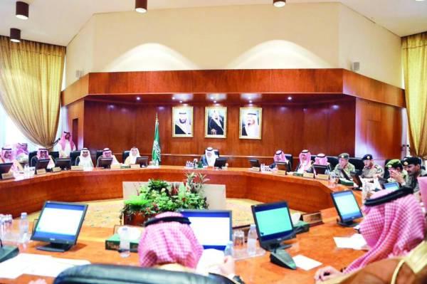 الأمير خالد الفيصل مترئسا اجتماع لجنة الحج المركزية.