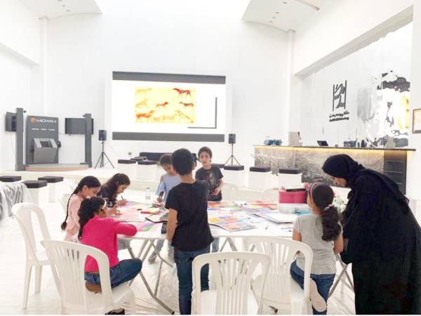 الأطفال يشاركون في ورشة بعنوان «رحلة ومغامرة في الرسم والتصوير».