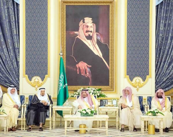 الملك سلمان مستقبلا المهنئين بحلول شهر رمضان مساء أمس الأول في قصر السلام بجدة. (واس)