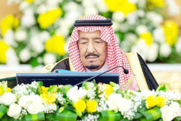 الملك سلمان مترئسا جلسة مجلس الوزراء أمس.