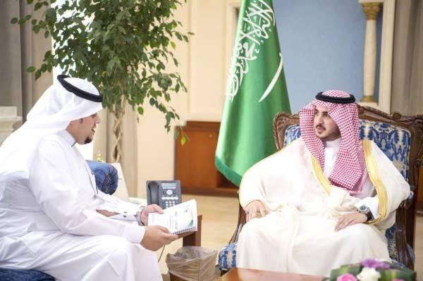 الأمير فيصل بن نواف مستعرضاً مشاريع الصحة.