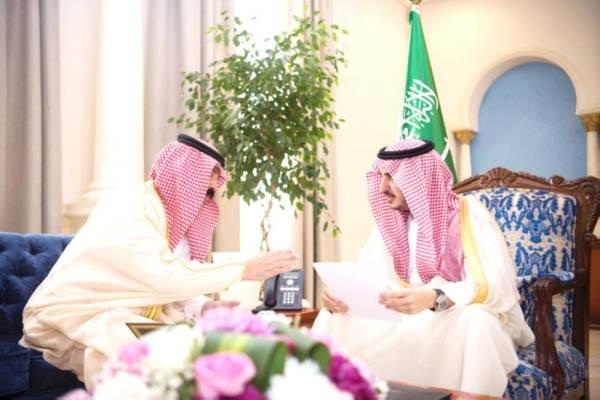 أمير الجوف متسلماً تقرير مكافحة المخدرات.