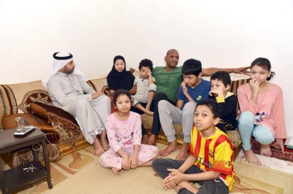 الزميل محمد النعمي أثناء وقوفه على معاناة عبدالمجيد وأبنائه. (تصوير: أحمد المقدام)