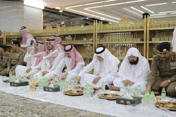 أمير مكة ونائبه يشاركان رجال الأمن الإفطار في الحرم