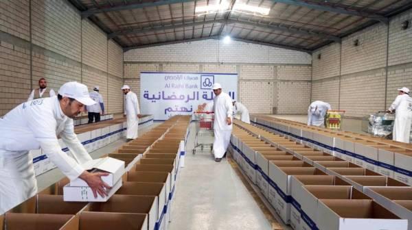موظفو الراجحي يحضرون سلة رمضان. (عكاظ)
