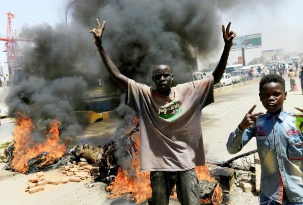 محتجون سودانيون يقومون بحرق الإطارات أمس الأول، لسد الطريق المؤدي إلى معبر الميك نمر، الذي يربط الخرطوم بحري والخرطوم.  (رويترز)