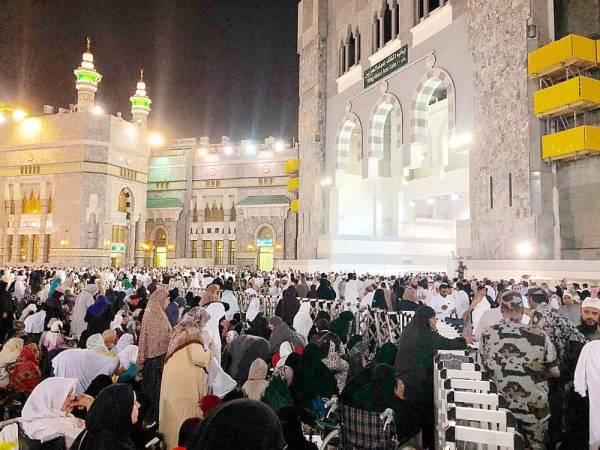 معتمرون وزوار عند باب الملك عبدالعزيز. (تصوير عبدالغني بشير)