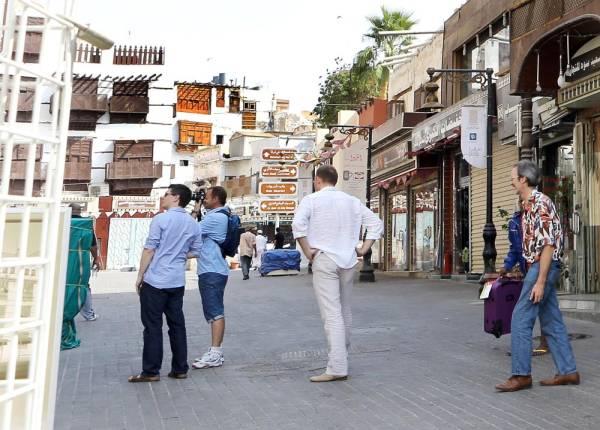 أجانب يحرصون على زيارة جدة التاريخية.