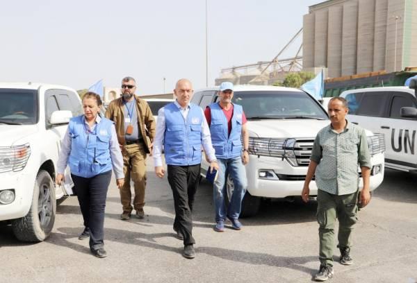 رئيس المراقبين الدوليين لدى وصوله إلى مقر المؤتمر الصحفي في الحديدة أمس الأول. (رويترز)
