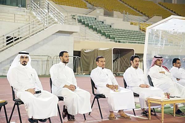 رئيس نادي القادسية وبجانبه أعضاء مجلس الإدارة خلال متابعة التدريبات. (عكاظ)