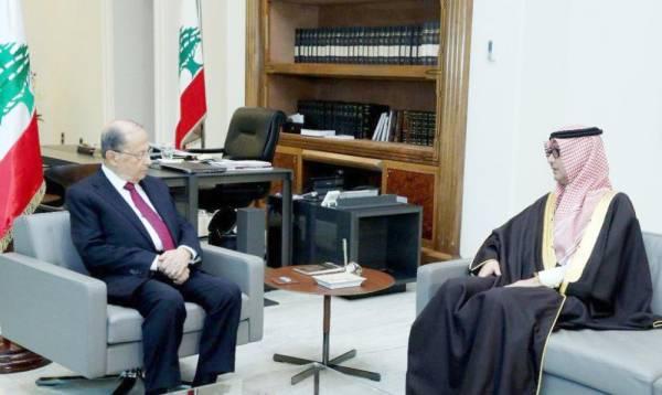 الرئيس اللبناني ميشال عون مستقبلا السفير وليد بخاري أمس في بيروت. (عكاظ)