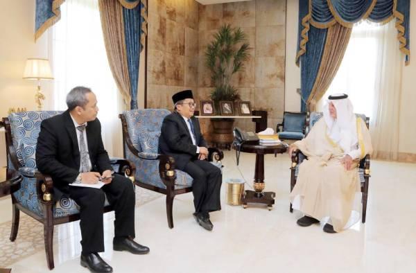 الأمير خالد الفيصل مستقبلا القنصل العام الإندونيسي في مقر الإمارة بجدة. (عكاظ)