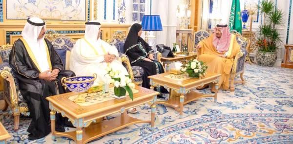 الملك سلمان مستقبلا د. أمل القبيسي يرافقها عدد من أعضاء المجلس الوطني الاتحادي في الإمارات. (واس)