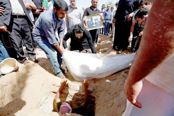 مشيعون يوسدون الثرى جنائز لأربعة من مناصري زعيم التيار الصدري مقتدى الصدر، قُتلوا الليلة قبل الماضية خلال مظاهرة مناهضة للفساد في النجف.  (رويترز)