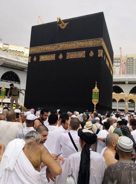 زخات من المطر تلطف الأجواء على المعتمرين وزوار المسجد الحرام
