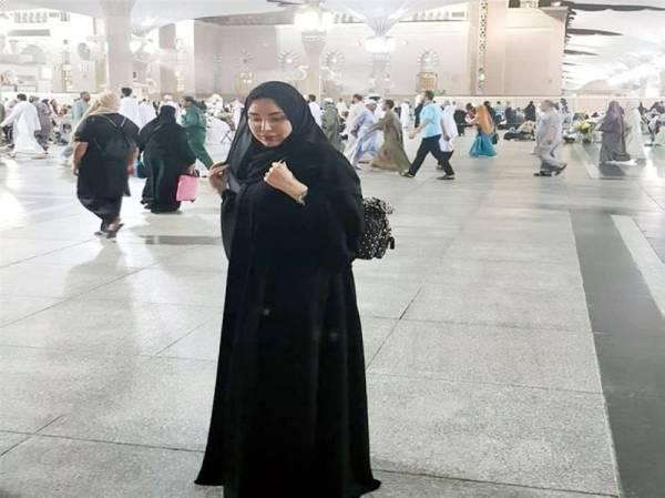 عبير صبري في الحرم النبوي.