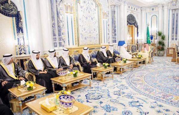 الملك سلمان مستقبلا رئيس وأعضاء مجلس الإفتاء بالإمارات أمس في جدة.