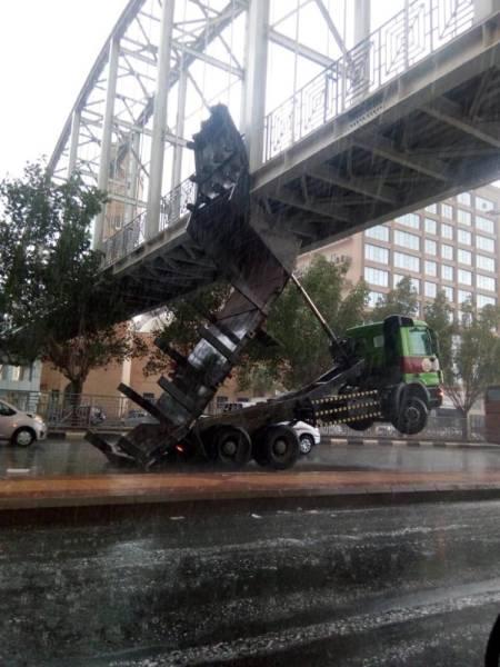 مكة: اصطدام صندوق شاحنة بجسر مشاة
