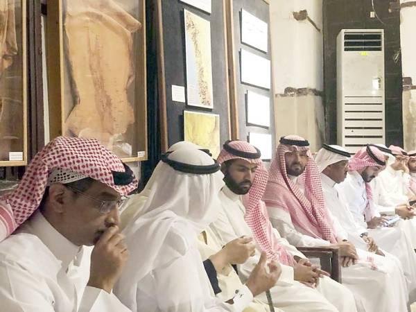 الأمير بدر بن فرحان يستمع للفنان طه صبان.