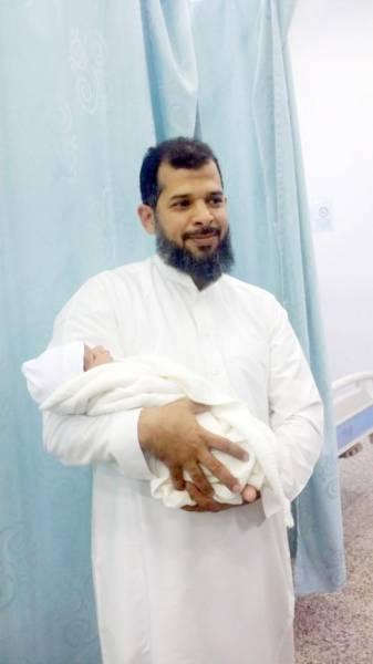 حسين يحمل ابنته.