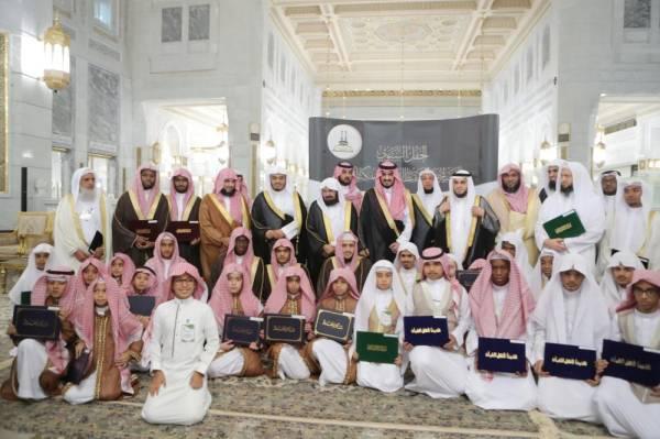 بدر بن سلطان يكرم 238 حافظاً للقرآن و56 معلماً