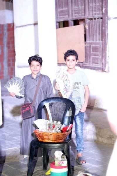 محمد ورفيقه علي يمارسان تجارتهما الصغيرة.