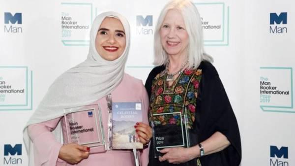 جوخة الحارثي تتسلم جائزة «مان بوكر» مناصفة مع المترجمة الأمريكية مارلين بوث.
