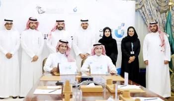 وزيرا الاتصالات والعمل يشهدان توقيع الاتفاقية.