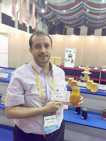 الطلحي يتسلم جائزة دولية في إحدى المناسبات.