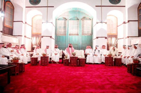 الأمير محمد بن سلمان يلتقي مثقفين وفنانين سعوديين. (واس)