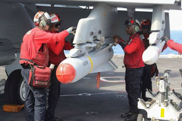 Flight dec crew remove ordnance from an F/A-18E Super Hornet on the flight deck of the aircraft carrier USS Abraham Lincoln (CVN 72), in Arabian Sea, May 22, 2019. Picture taken May 22, 2019. Matt Herbst/U.S. Navy/Handout via REUTERS ATTENTION EDITORS- THIS IMAGE HAS BEEN SUPPLIED BY A THIRD PARTY.