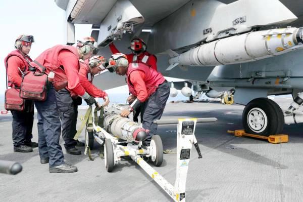تجهيز الطائرات من طراز F / A-18E سوبر هورنيت بالذخائر على سطح حاملة الطائرات «يو إس إس أبراهام لنكولن» في بحر العرب. (رويترز)