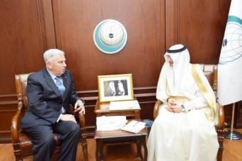 الأمين العام لمنظمة التعاون الإسلامي مستقبلا السفير الأمريكي جون أبوزيد.