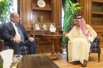 الجبير مستقبلا سفير المملكة المتحدة أمس في الرياض.