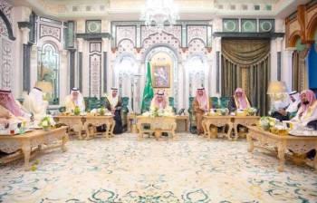 خادم الحرمين متناولاً طعام الإفطار مع ضيوفه في قصر الصفا بمكة.