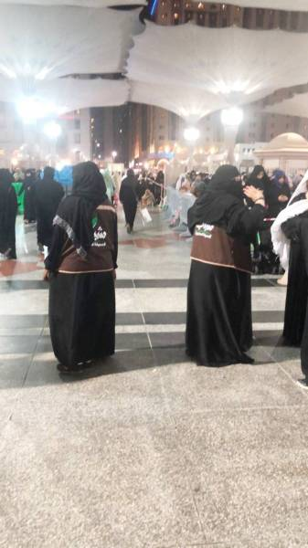 متطوعات يرشدن زوار المسجد النبوي