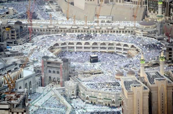 المسلمون يؤدون صلاة العشاء والتراويح بالمسجد الحرام تحرياً لليلة القدر أمس.